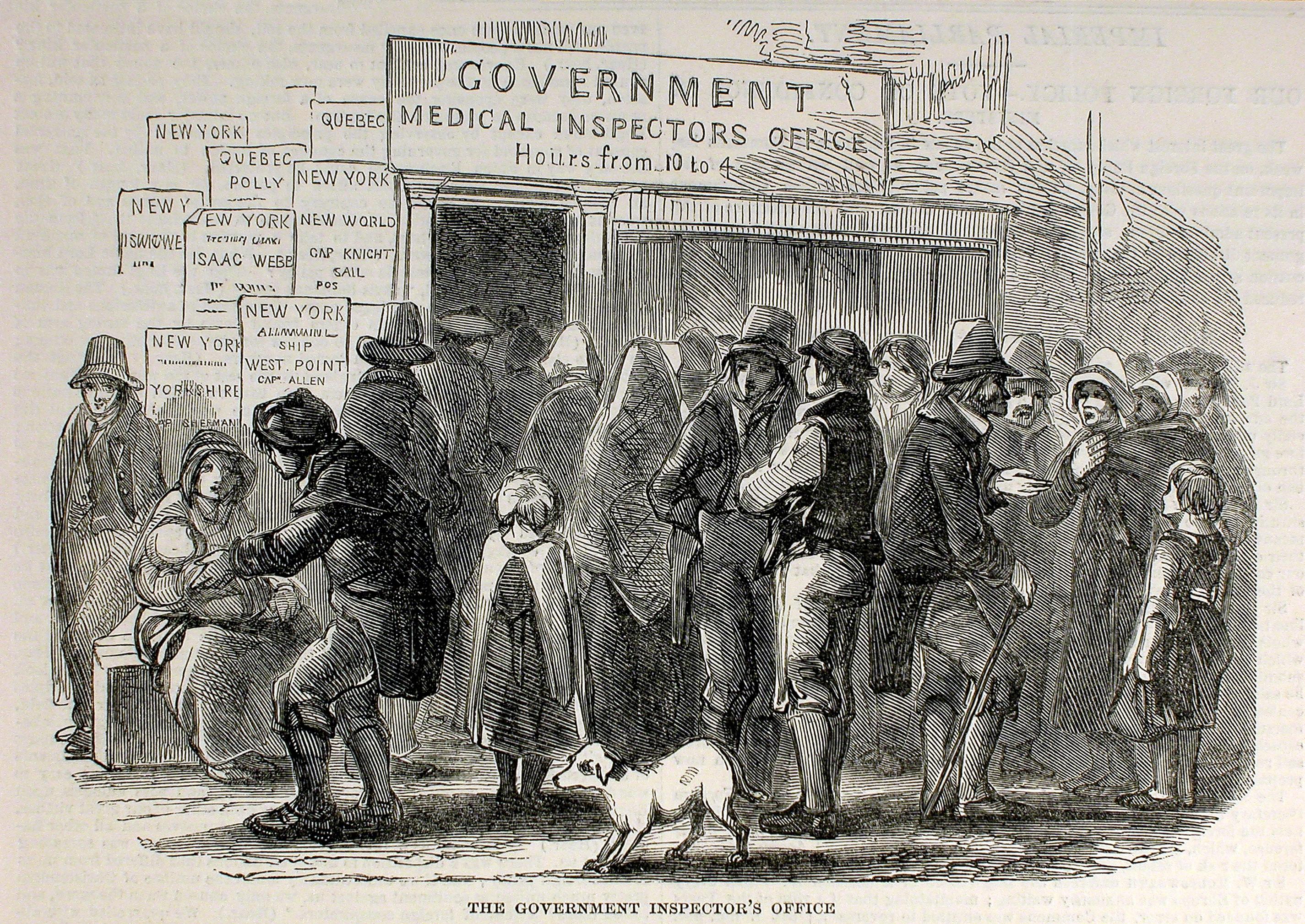 Des immigrants attendent devant un bureau d'inspection médicale.