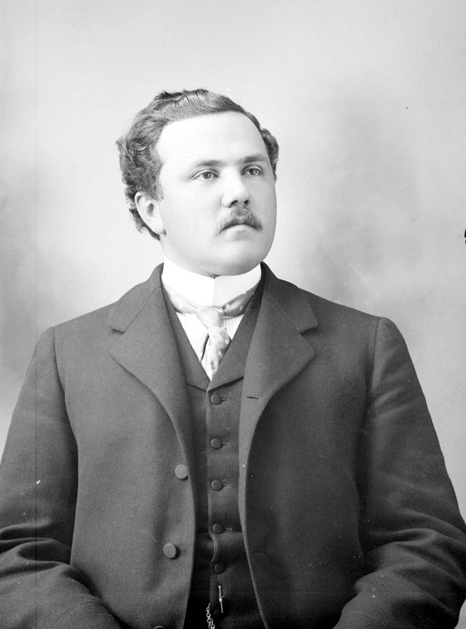 Portrait d'un homme moustachu en veston-cravate.