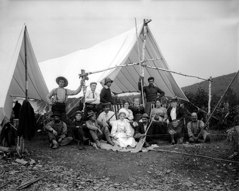 Une famille pose devant une tente de chasse.