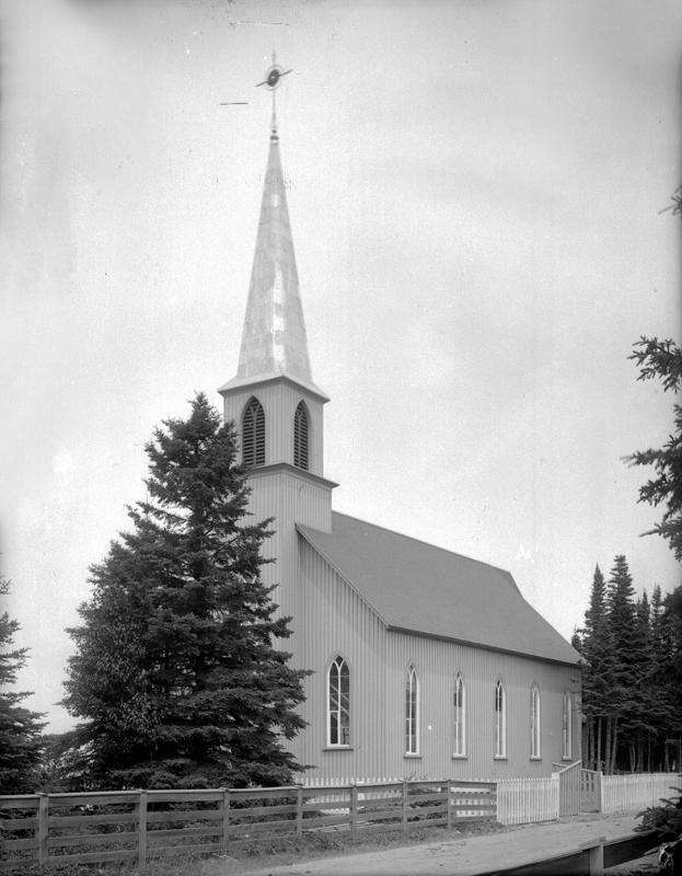 Une petite église située dans un secteur boisé.