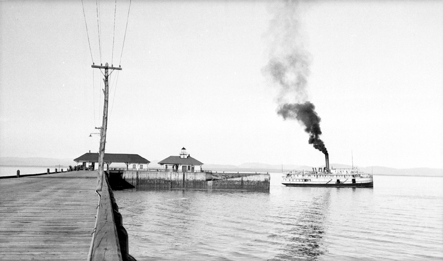 Un bateau à vapeur au bout d'un quai.