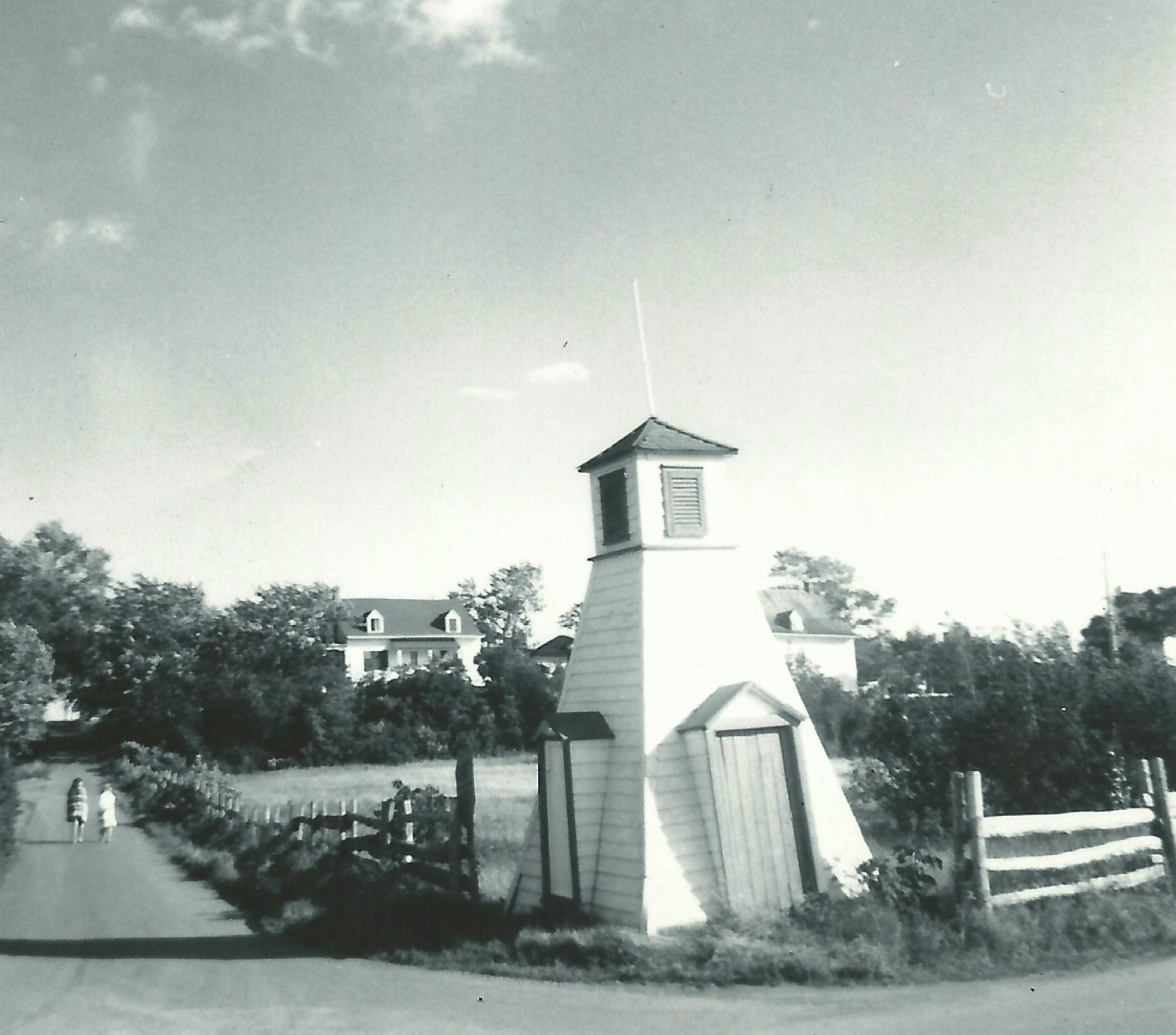 Photographie présentant une cabine de bain au pied d'une pente, à la jonction de deux routes.