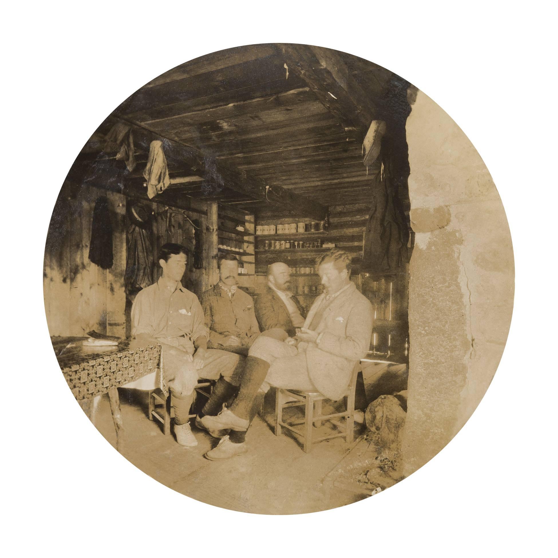 Quatre hommes se trouvent à l'intérieur d'un camp.