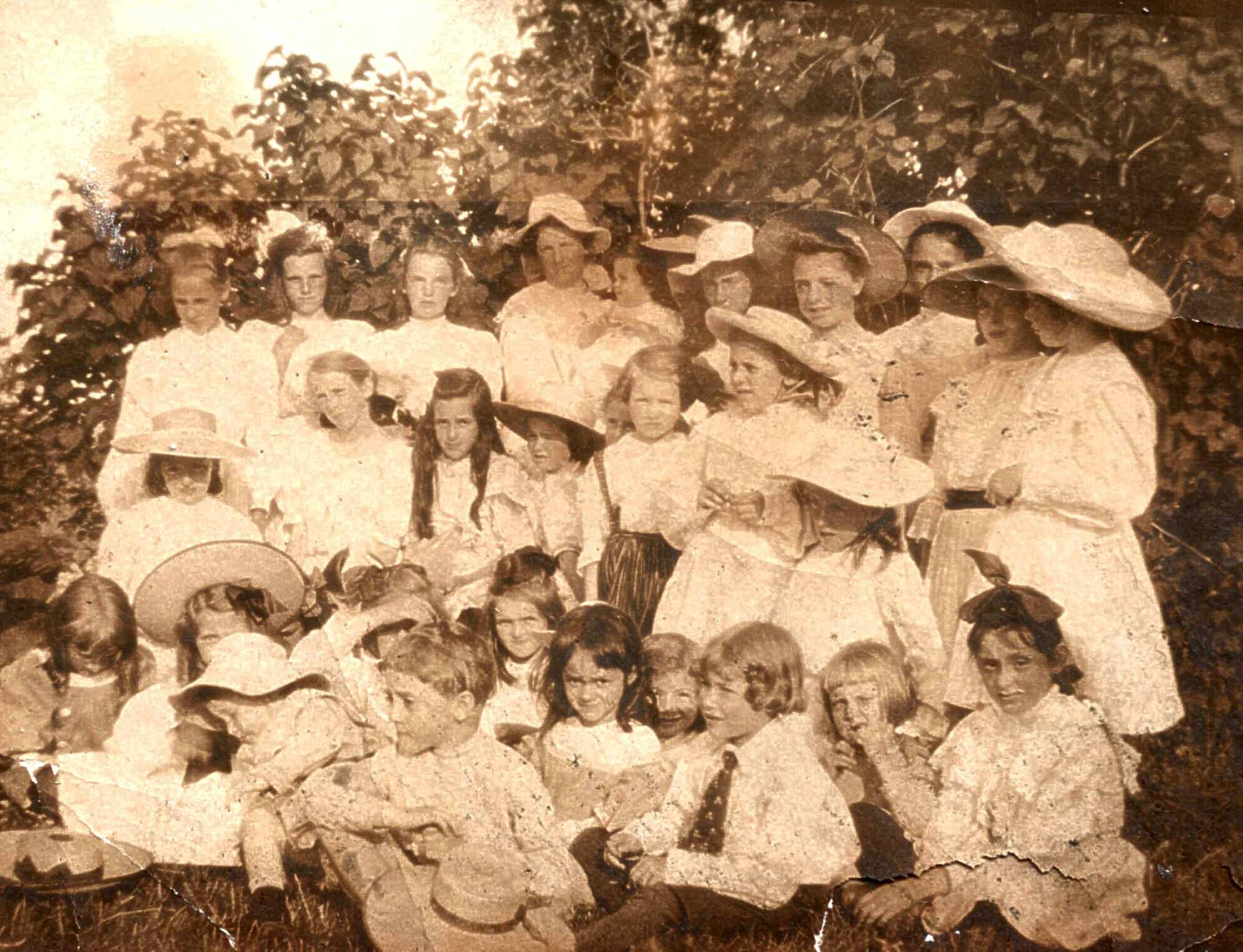 Près d'une trentaine de vacanciers de tout âge (principalement des jeunes filles) posent sous les lilas.
