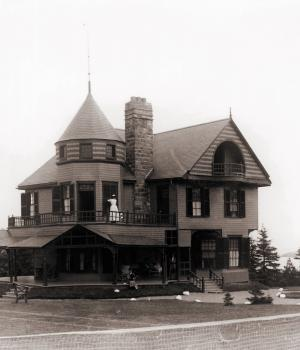 A black and white photographie of a villa used as a cover for a family album.