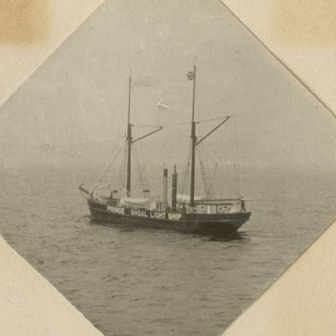 Navire doté de deux cheminées et de deux mâts. Sur l'un des mâts est suspendue une grosse sphère métallique.