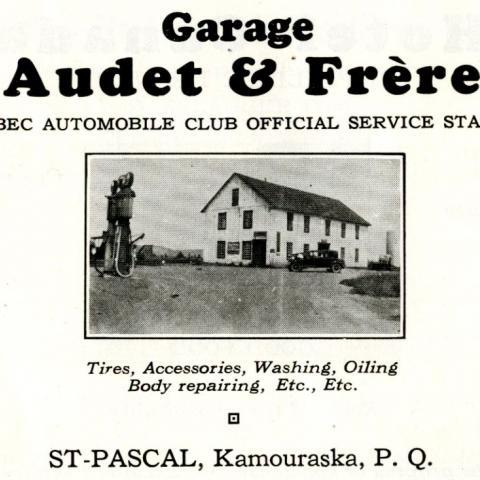 Publicité en anglais d'une station-service des années 1930, avec une photo du garage, de sa pompe à essence et d'une automobile.