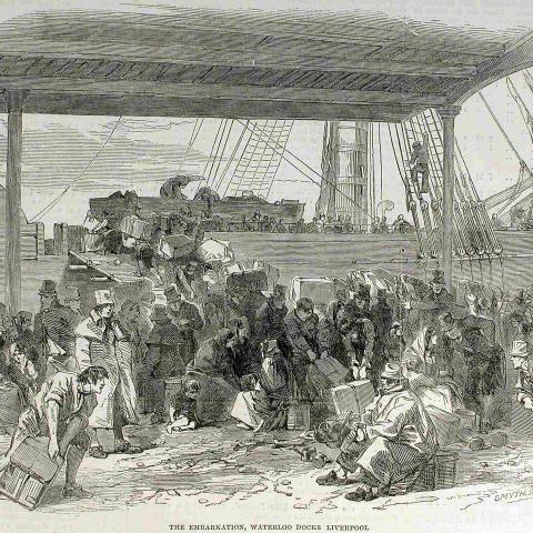 Gravure représentant un quai où une foule s'active à monter dans un navire à voile avec d'imposants bagages.