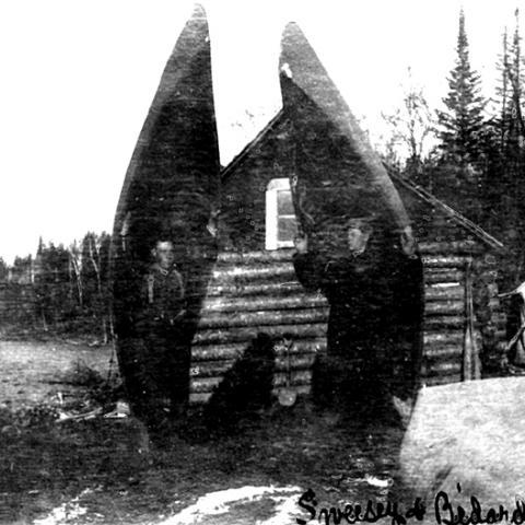 Deux hommes tiennent leur propre canot sur leurs épaules.