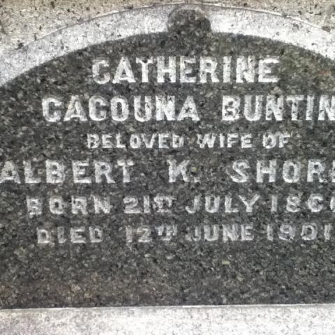 Gros plan sur une pierre tombale grise.